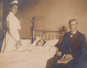 gammelt foto med en pige i sengen