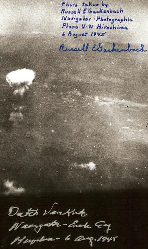 Foto taget kort efter at Atombomben over Hiroshima var detoneret.