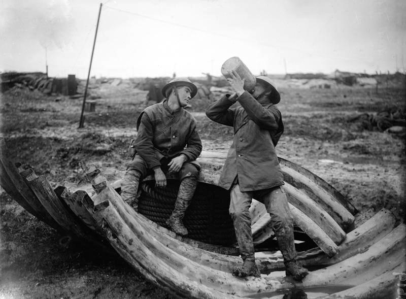 Britiske soldater drikker rom.